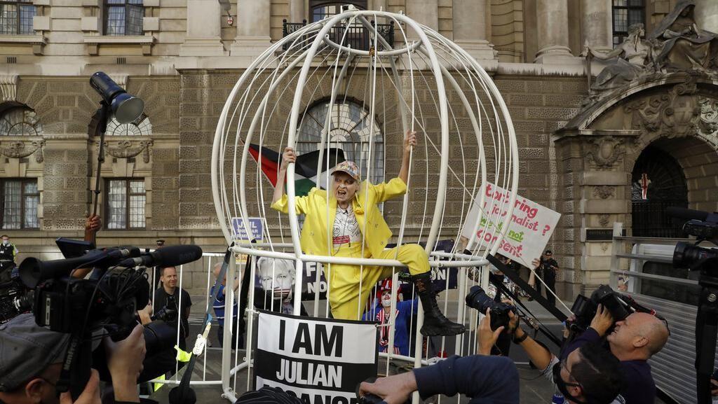 Desainer Vivienne Westwood Demo Tolak Ekstradisi Pendiri WikiLeaks