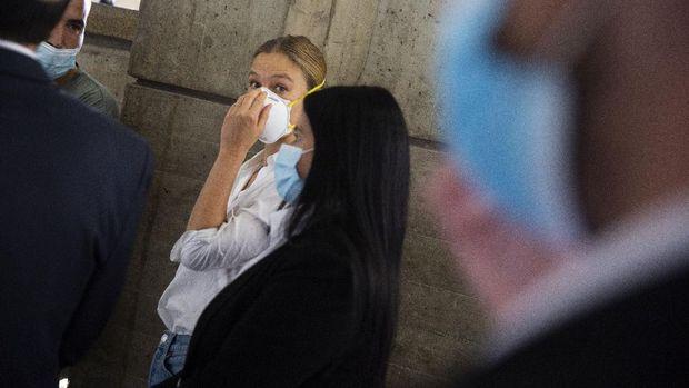 Supermodel Israeli Bar Refaeli memakai masker saat hadir di persidangan atas kasus pengindaran pajak, Tel Aviv, Israel, Senin (20/7/2020).