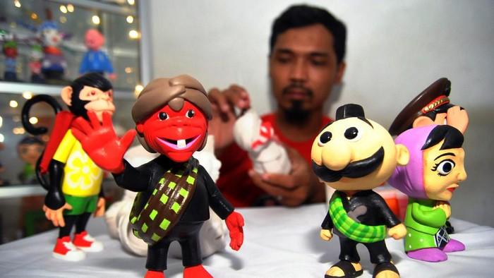 Perajin mengerjakan pembuatan boneka maskot daerah dan tokoh pewayangan di workshop Choco-01, Rusunawa Cibuluh, Kota Bogor, Jawa Barat, Senin (20/7/2020). Kerajinan boneka maskot daerah dan tokoh pewayangan dari bahan clay dan resin tersebut kembali berproduksi setelah empat bulan terhenti akibat terdampak pandemi COVID-19 dengan pemasaran melalui sosial media ke wilayah Jabodetabek, Jambi, Riau, Kalimantan hingga mancanegara seperti Jerman. ANTARA FOTO/Arif Firmansyah/hp.