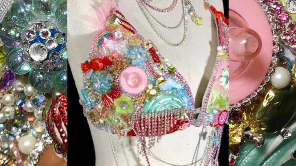 Nicki Minaj Umumkan Kehamilan Pakai Bra Unik, Dihiasi Dot dan Swarovski