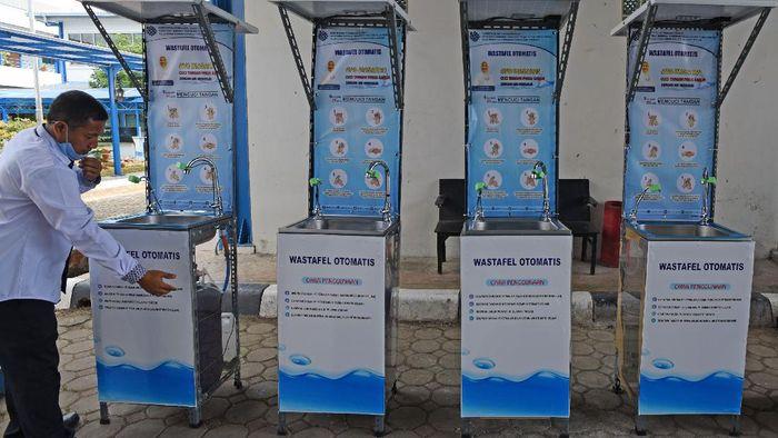 Sejumlah wastafel otomatis bertenaga surya ditampilkan di Serang, Banten. Wastafel canggih itu nantinya akan disebar di sejumlah ruang publik guna cegah Corona.