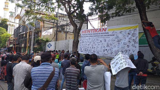 demo pembangunan rumah sakit di surabaya