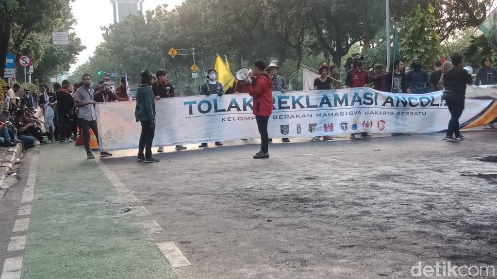 Video Massa Aksi Tolak Reklamasi Ancol Bakar Ban di Depan Balkot DKI