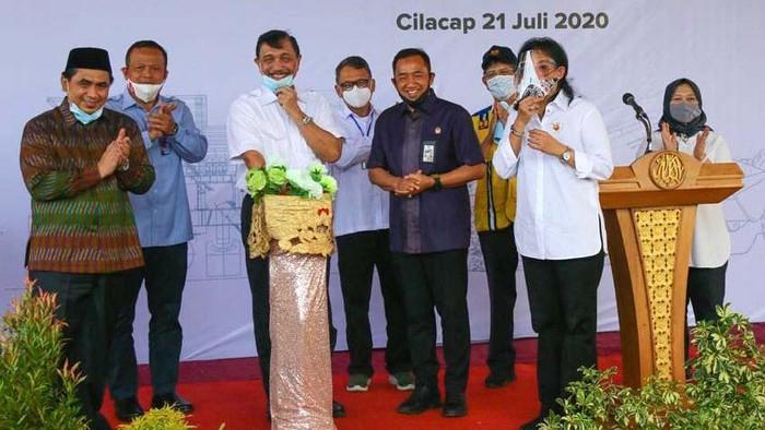 Pemerintah meresmikan tempat pengolahan sampah dengan sistem refuse derived fuel (RDF) di Cilacap, Jawa Tengah. Sampah ini diubah menjadi bahan bakar alternatif.