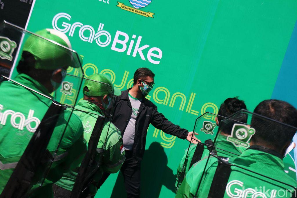 Aplikator ojek online Grab Bike hari ini, beroperasi kembali di Kota Bandung, Jawa Barat. Sebelum narik penumpang kembali, bertempat di Kantor Grab Bandung, Ruko Paskal, Kota Bandung, puluhan driver Grab Bike menjalani rapid test.