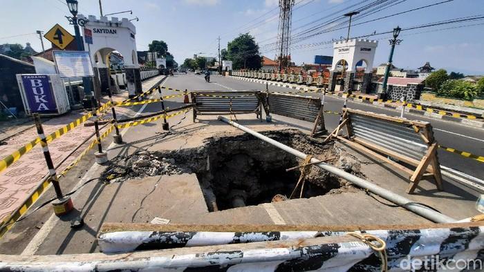 Dua orang pengendara yang berboncengan motor terperosok ke dalam lubang di Jembatan Sayidan, Yogyakarta. Keduanya pun mengalami luka ringan dalam insiden itu.