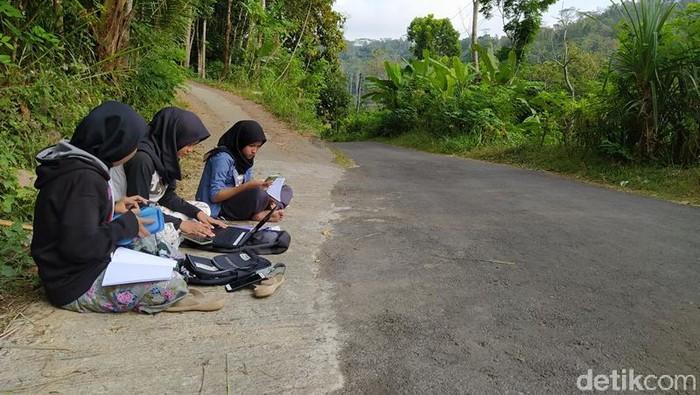 Mahasiswi di Magelang ini tiap hari duduk di pinggir jalan sambil membawa laptop. Mereka duduk di pinggir untuk mengerjakan tugas karena mencari sinyal internet yang kuat.
