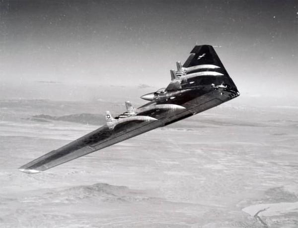 Di Amerika Serikat, jenis desain pesawat sayap terbang dipelopori oleh perancang pesawat terbang dan industrialis Jack Northrop. Pesawat sayap terbang prototipe pertamanya ditenagai oleh mesin baling-baling dan terbang pada tahun 1940.