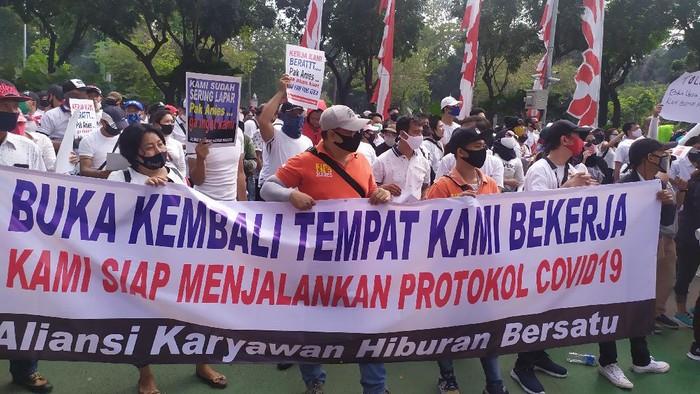 Para pekerja tempat hiburan malam unjuk rasa di depan Balai Kota DKI Jakarta, Selasa (21/7/2020).