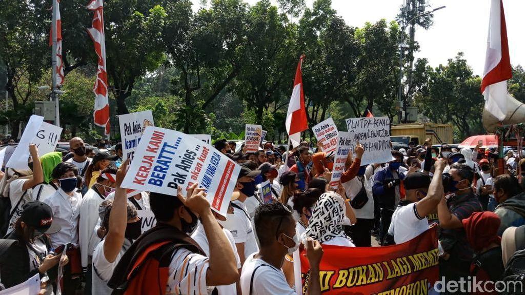 Demo Pekerja Hiburan Malam di Balai Kota DKI, Bermasker tapi Tak Jaga Jarak