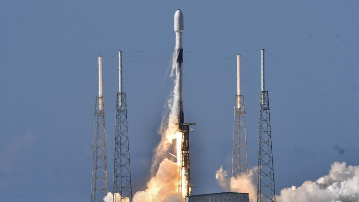 A SpaceX Falcon 9 lifts off from Cape Canaveral Air Force Station, Fla., Monday, July 20, 2020. The rocket is carrying ANASIS II, a national security satellite for South Korea. (Craig Bailey/Florida Today via AP)