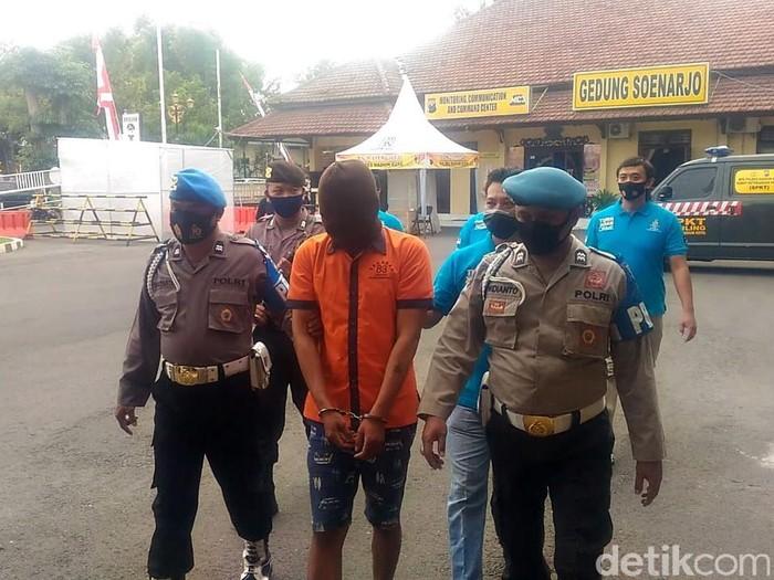 Seorang wanita di Kota Madiun menjadi korban pemerasan pria yang mengaku polisi. Wanita itu memberikan uang Rp 90 juta ke pelaku.