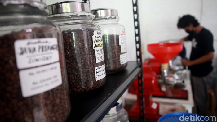 Permintaan biji kopi siap giling atau yang sudah disangrai meningkat saat pandemi COVID-19. Seperti yang dialami toko Joyo 99 Coffee & Co, di Tangerang Selatan.