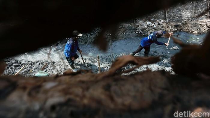 Petugas memperbaiki turap di Utan Kayu Selatan, Matraman, Jakarta Timur. Turap tersebut longsor pada Februari lalu.
