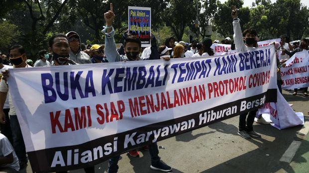Para pekerja hiburan malam melakukan aksi demo di depan gedung Balai Kota DKI Jakarta, Jakarta Pusat. Begini tuntutan mereka yang terlihat dari poster yang dibawa.
