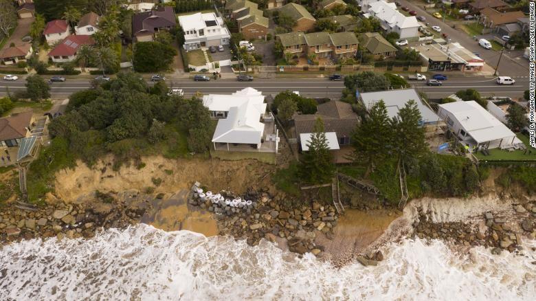 Rumah mewah terancam longsor di pantai Wamberal