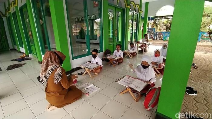 Sejumlah siswa SD di Ciamis belajar di teras masjid