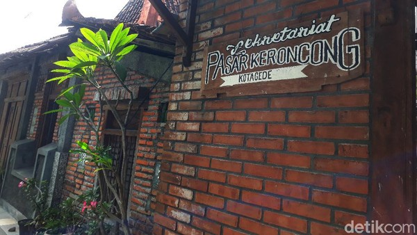 Ciri utama bangunan ini adalah batu bata merah. Tepat bersebelahan dengan bangunan rumah warga corak tradisional Jawa yang membentuk lorong panjang. (Kristina/detikcom)