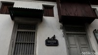Bangunan ini adalah langgar (mushola) keluarga yang berada di loteng atas beberapa rumah Jawa di Kotagede. Struktur bangunannya bercorak klasik dengan warna tembok putih cream dan perpaduan kayu-kayu coklat kehitaman. Langgar ini terletak tepat di sebelah Rumah Pesik Kotagede. (Kristina/detikcom)