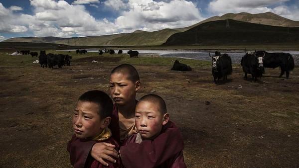 Daerah ini berada di ketinggian 13 ribu kaki dari daratan. Berada di daerah pegunungan menyebabkan kultur masyarakatnya berbeda dengan penduduk Cina kebanyakan. Kevin Frayer/Getty Images