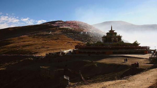 Secara geografis, Tibet masuk ke teritorial negara Cina. Namun pada kenyataannya Tibet memiliki otonomi sendiri yang tidak mau disamakan dengan Cina. China Photos/Getty Images