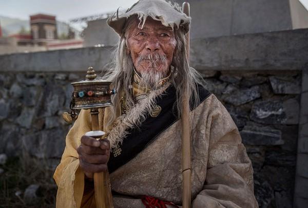 Perbedaan mencolok antara penduduk Tibet dengan penduduk di daerah sekitarnya ialah penduduk asli Tibet memiliki siklus usia lebih dari 100 tahun. Kevin Frayer/Getty Images