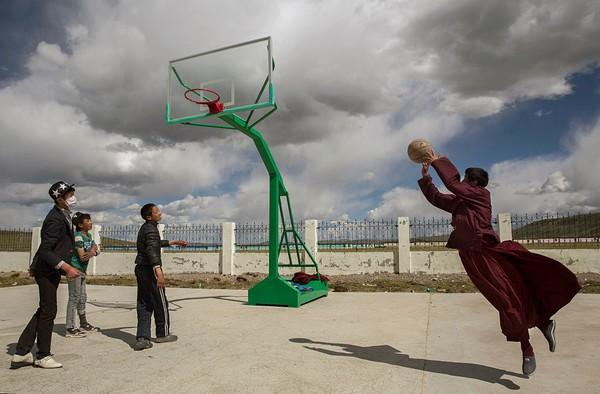 Kebanyakan penduduk di Tibet masih mempercayai adanya kekuatan magis, kekuatan di luar nalar manusia yang biasa disebut sebagai animisme-dinamisme. Kevin Frayer/Getty Images