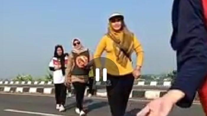 Viral video tujuh emak-emak diduga joget TikTok di exit tol Setono, Kota Pekalongan.