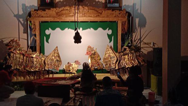 Pertunjukan wayang ala COVID-19 dalam rangka sedekah bumi Desa Tegalsambi Jepara.
