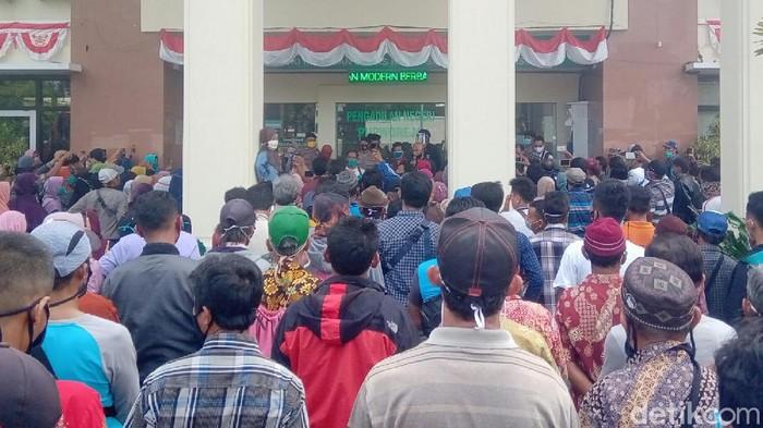 Aksi demo warga terdampak pembangunan Bendung Bener di PN Purworejo