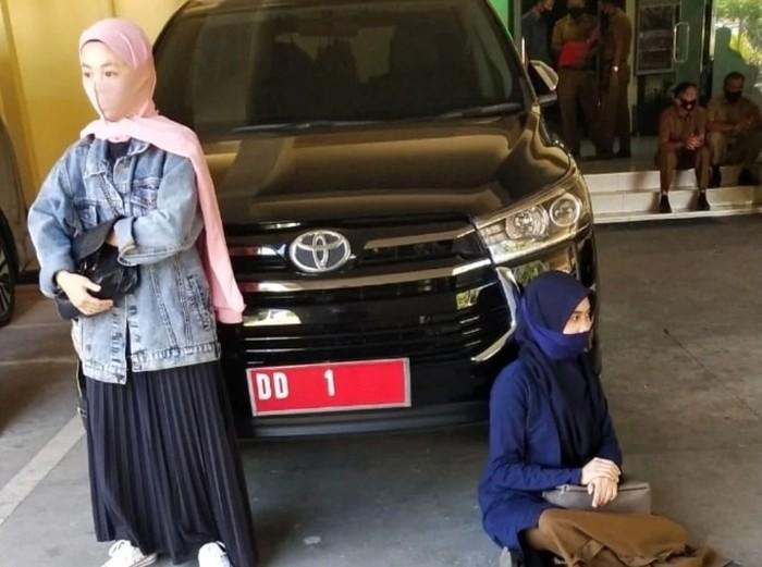 Andi Esa dan Andi Amel mengadang mobil Gubernur Sulsel Nurdin Abdullah meminta jenazah ibunya dipindah dari pemakaman khusus COVID (dok. Istimewa).