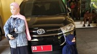 Wanita di Sulsel Adang Mobil Gubernur Minta Jasad Ibu di Makam COVID Dipindah