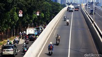 Bahaya Banget! Pemotor Ini Terobos JLNT Kampung Melayu-Tanah Abang