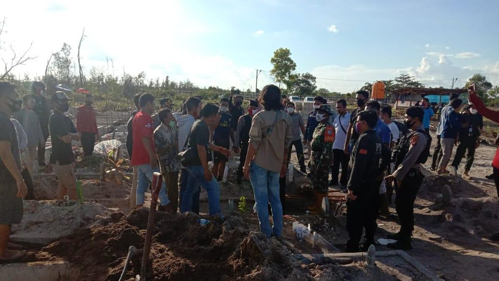 Nasib Malang Relawan Pemakaman COVID Dipukuli Nisan