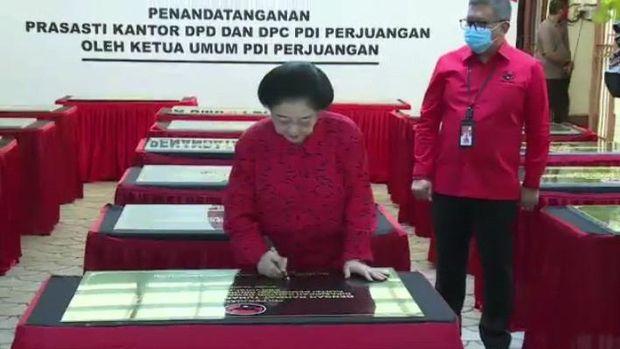 Ketum PDIP Megawati Soekarnoputri didampingi Sekjen PDIP Hasto Kristiyanto menandatangani prasasti peresmian 20 kantor DPD dan DPC PDIP