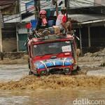 Komunitas Mobil Off Road Tembus Desa Terisolir Akibat Banjir Masamba
