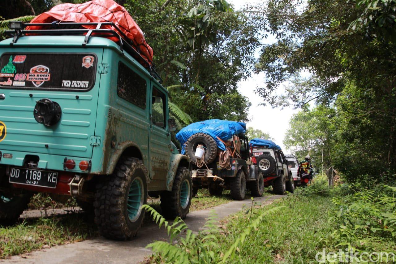Komunitas Mobil Off Road Terabas Desa Terisolir Akibat Banjir Masamba