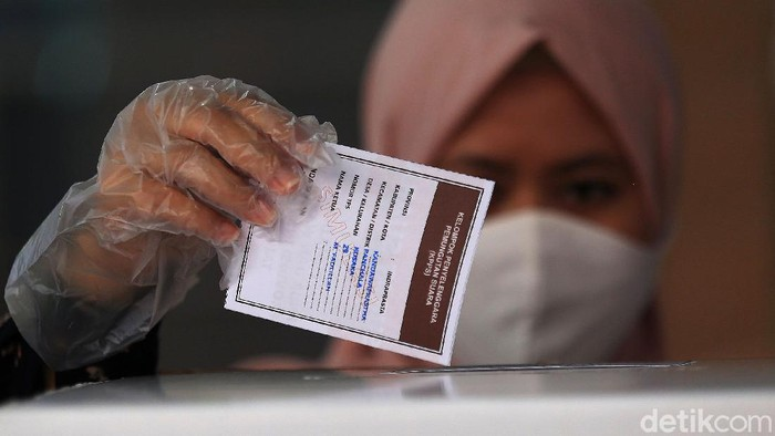 Warga mengikuti simulasi pemungutan suara Pilkada serentak 2020 di Jakarta, Rabu (22/7/2020). Simulasi tersebut digelar untuk memberikan edukasi kepada masyarakat terkait proses pemungutan dan penghitungan suara Pilkada serentak 2020 yang akan dilaksanakan pada 9 Desember 2020 dengan menerapkan protokol kesehatan COVID-19.