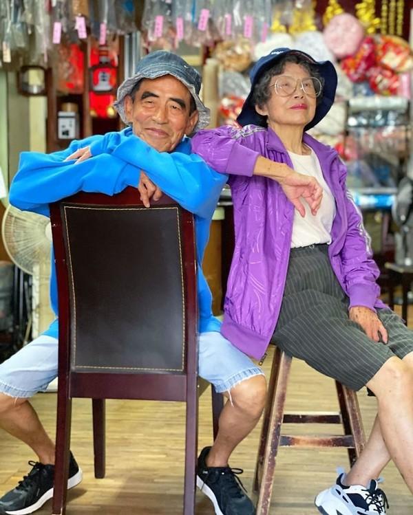 Dengan keterampilan memadukan busana dan angel foto yang pas, pasangan lansia ini terlihat gaul! (wantshowasyoung/Instagram)