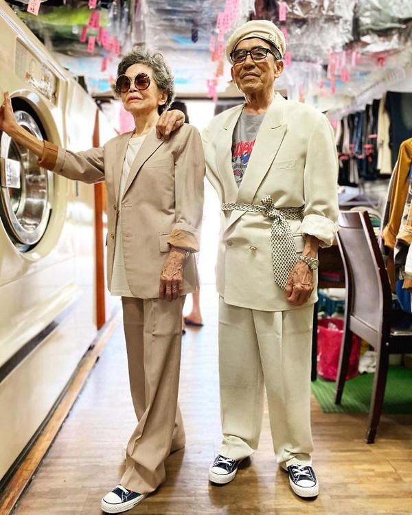 Nah, pasangan lansia asal Taiwan ini bisa menjadi inspirasi buat kamu nih, wahai anak muda! Mereka bergaya nggak akan kalah deh dari foto OOTD kamu jalan-jalan. (wantshowasyoung/Instagram)