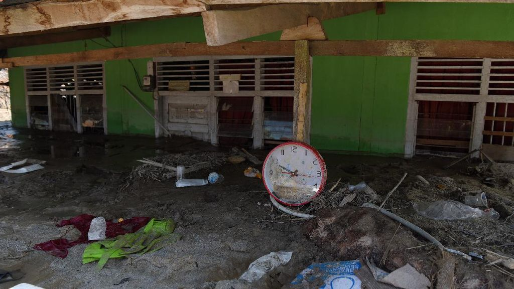 Lumpur Masih Tutupi Rumah Warga Usai Banjir Bandang