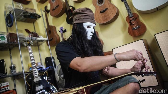 Jasa perbaikan gitar meningkat selama masa pandemi COVID-19 ini. Para pemilik toko dan bengkel gitar mengaku kewalahan melayani permintaan konsumen.