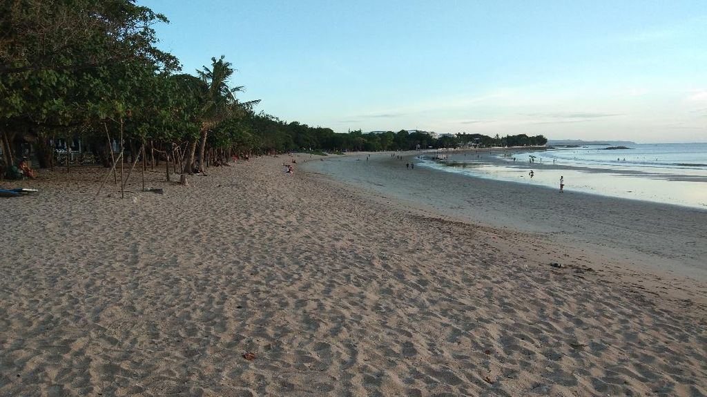 Turis Lokal Diviralkan Saat Minum Miras di Pantai Kuta, Ini Kata Desa Adat