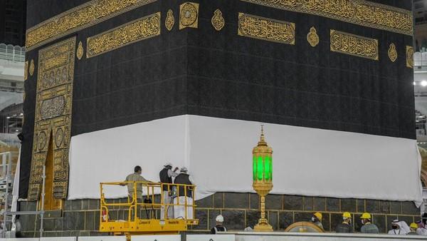 Kiswah terbuat dari sekitar 670 kilogram sutra yang berwarna hitam, 120 kilogram benang emas dan 100 kilogram benang perak. (Reasah Alharamain/Twitter)