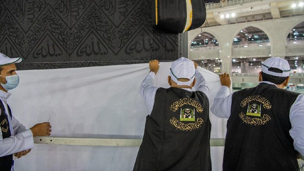 Saat kiswah diangkat, tandanya ibadah haji akan segera digelar di Masjidil Haram (Reasah Alharamain/Twitter)