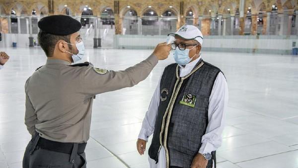 Pada proses ini, protokol kesehatan pun diterapkan, seperti pengecekan suhu dan pemakaian masker (Reasah Alharamain/Twitter)