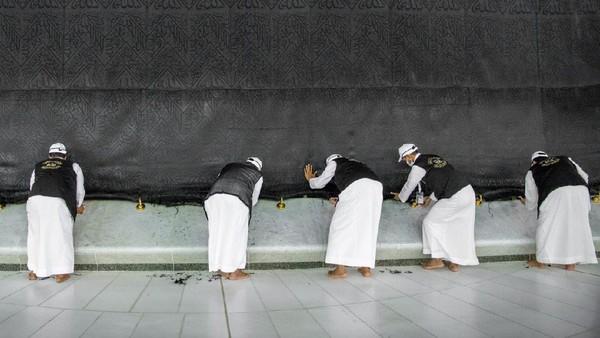 Proses pengangkatan kiswah melibatkan sekitar 50 orang dari kompleks King Abdul Aziz untuk kakbah. (Reasah Alharamain/Twitter)