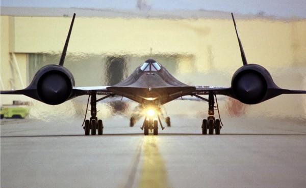 Berciri cat hitam, dirancang untuk menghilangkan panas, membuatnya dijuluki Blackbird. Bentuk pesawat yang sedemikian rupa dianggap seperti datang dari masa depan.