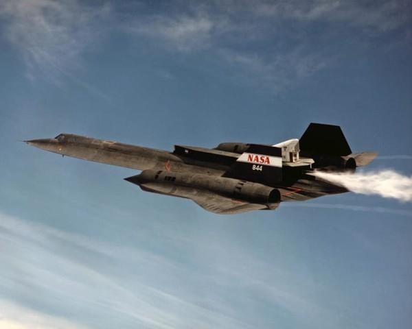 Pada tahun 1976, SR-71 Blackbird masih memegang rekornya, terbang di ketinggian 85.069 kaki, dan mencapai kecepatan tertinggi 2.193,2 mil per jam, atau Mach 3.3.