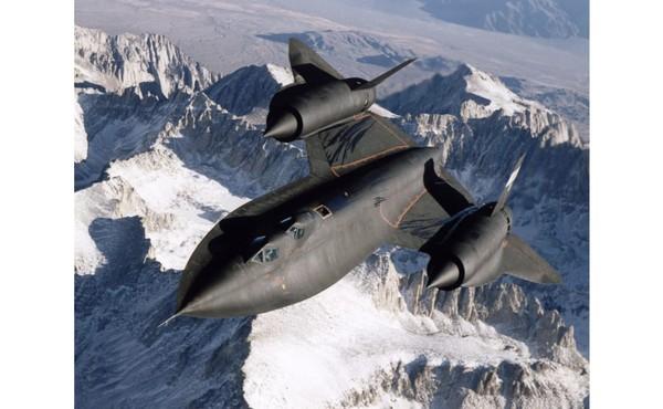 Saat terbang, pesawat ini mampu mendekati tepi ruang angkasa. SR-71 Blackbird memegang rekor ketinggian tertinggi dalam penerbangan horizontal dan kecepatan tercepat untuk pesawat bertenaga non-roket.